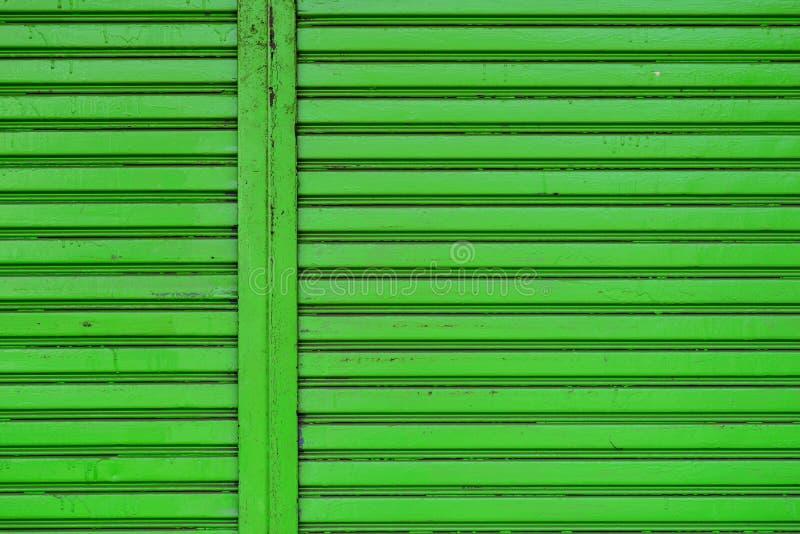 Rullen stänger med fönsterluckor dörren royaltyfri foto