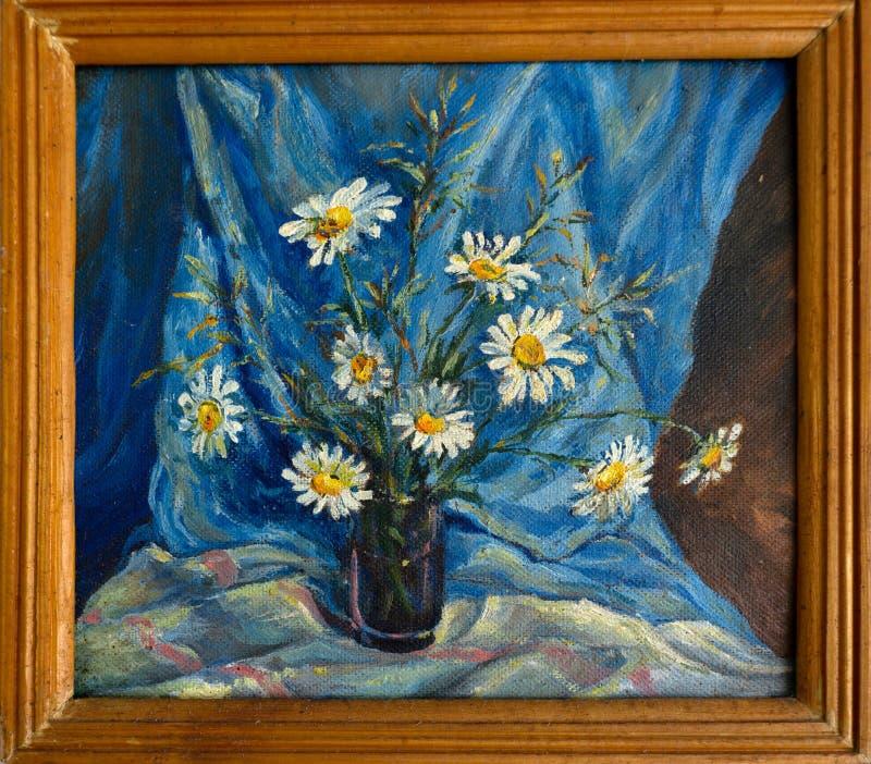 Den gröna signalen Frosten har dragit på exponeringsglasfönster, i hus, tre ark av blåtten, violett, gul orange färg på svarta Ru royaltyfria foton