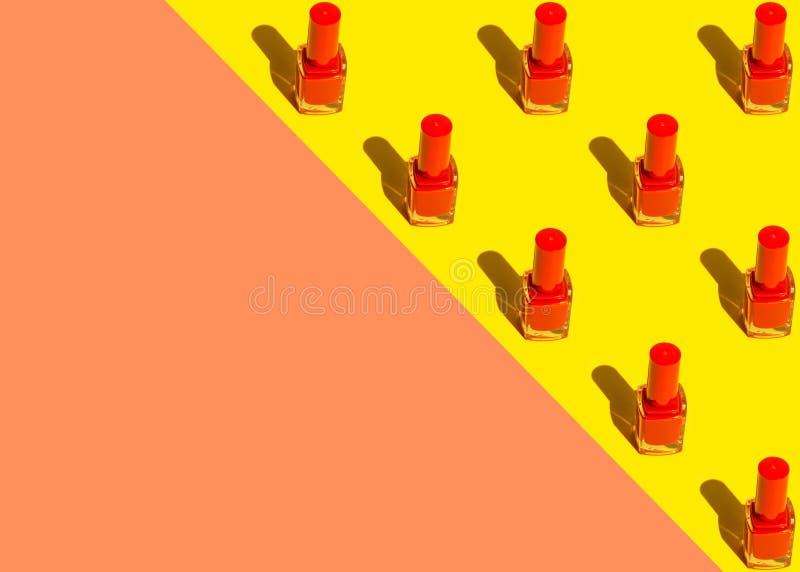 Den grafiska modellen från rött spikar polermedelflaskor som ordnas i triangel på bakgrund för gul terrakotta för duotone orange  vektor illustrationer