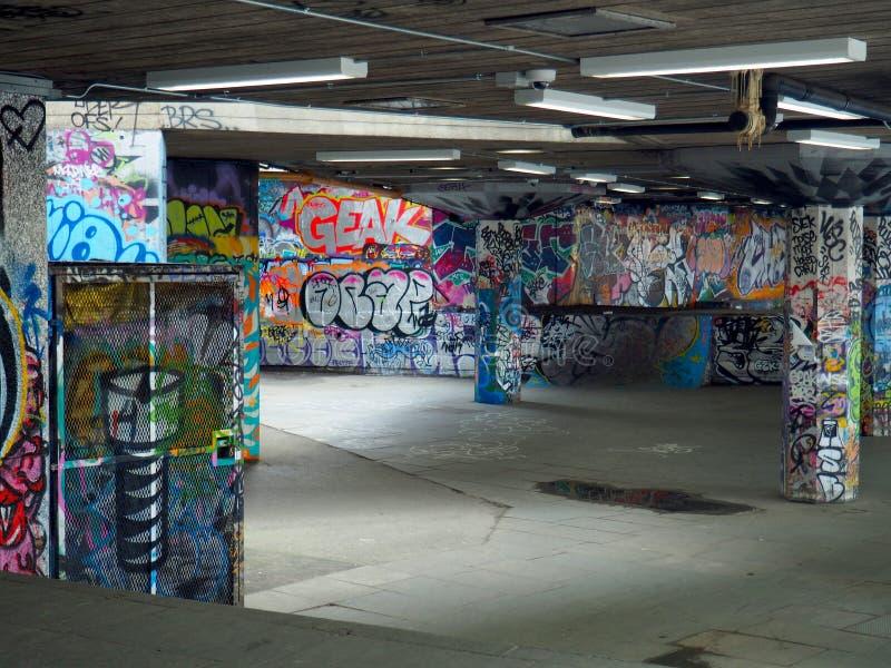 Den grafitti täckte skridskon parkerar i London fotografering för bildbyråer