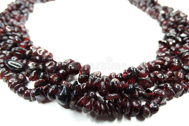 Den Granate gemstonen pryder med pärlor halsbandsmycken royaltyfri bild