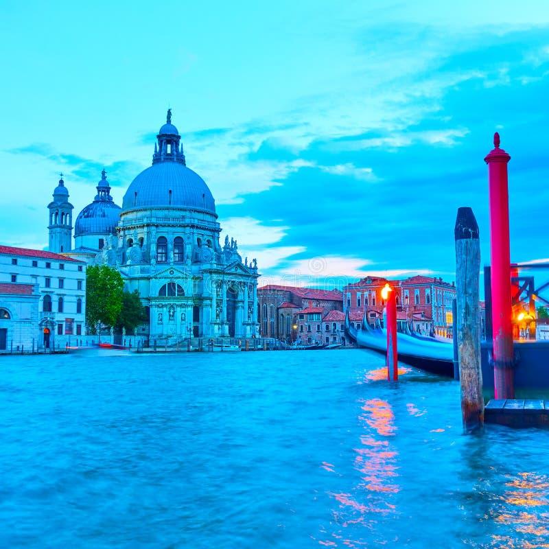 Den Grand Canal och Santa Maria della Salute kyrkan i Venedig royaltyfria foton