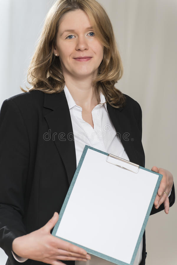 Gravid affärskvinna med mappen arkivfoto