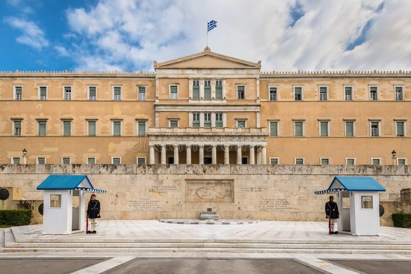 Den grekiska parlamentet och monumentet av den okända soldaten med vakter i Aten, Grekland fotografering för bildbyråer