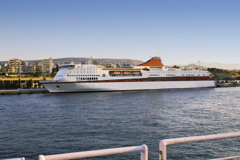 Den Grekland Piraeus hamnen, sänder i port fotografering för bildbyråer
