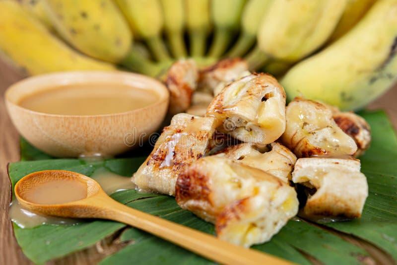 Den grillade bananen och kokosnöten mjölkar sås fotografering för bildbyråer