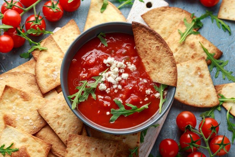 Den grillade havretortillan med havet saltar flingor, kryddig tomatsalsas?s och fetaost royaltyfri fotografi