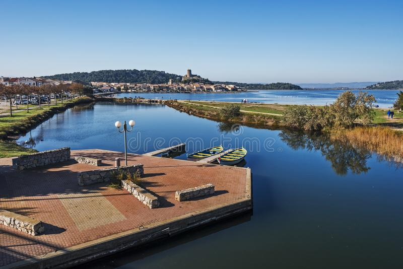 Den Gruissan staden som sedd från allmänheten parkerar, den historiska mitten är på den motsatta platsen av dammet arkivbild
