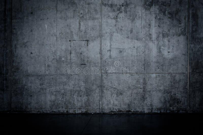 Den Grungy mörka betongväggen och blöter golvet royaltyfria bilder