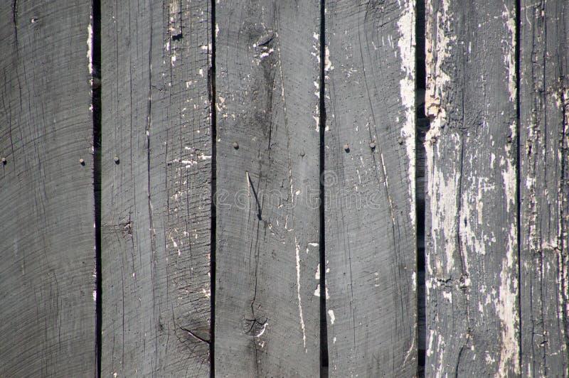 Den Grungy red ut målade ladugården för lodlinjen svart stiger ombord på en gammal ou fotografering för bildbyråer