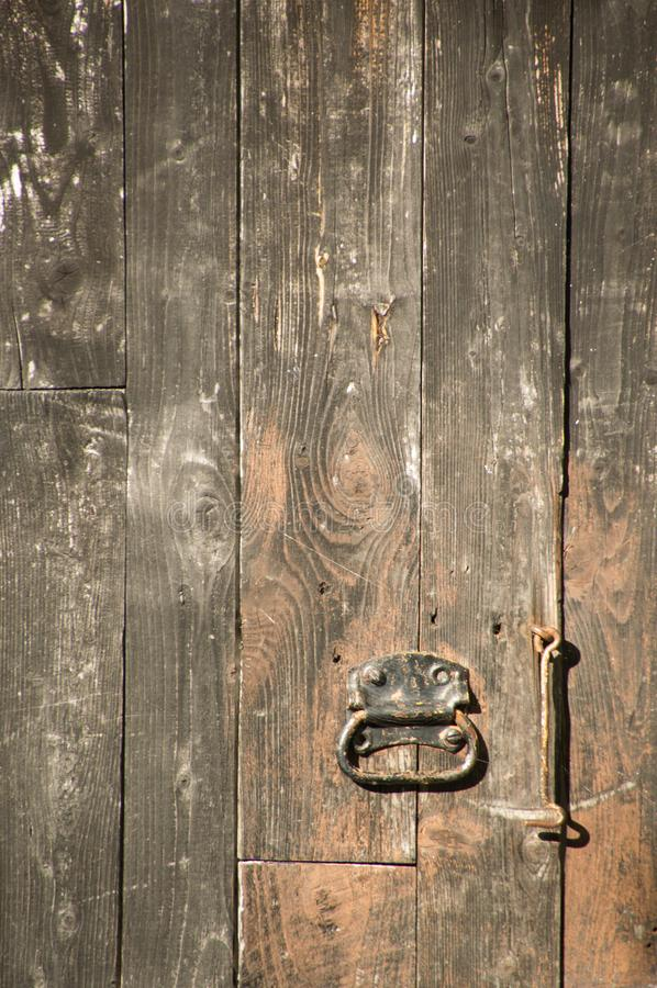 Den Grungy red ut målade ladugården för lodlinjen svart stiger ombord på en gammal ou royaltyfria foton