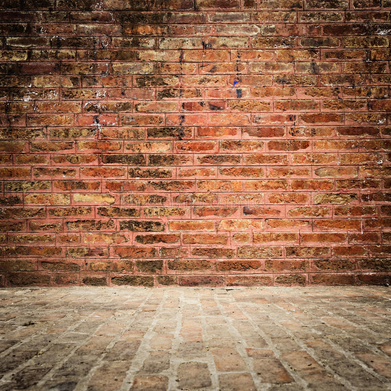 Tegelstenväggen och däckar med karaktärsteckning fotografering för bildbyråer