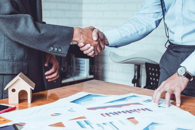 Den gruppasia affärsmannen skapar tillsammans ett ömsesidigt välgörande affärsförhållande arkivfoto