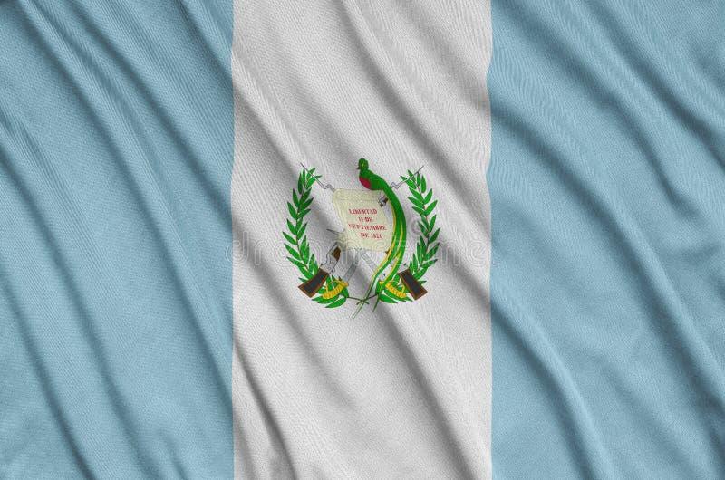 Den Guatemala flaggan visas på ett sporttorkduketyg med många veck Baner för sportlag arkivfoto