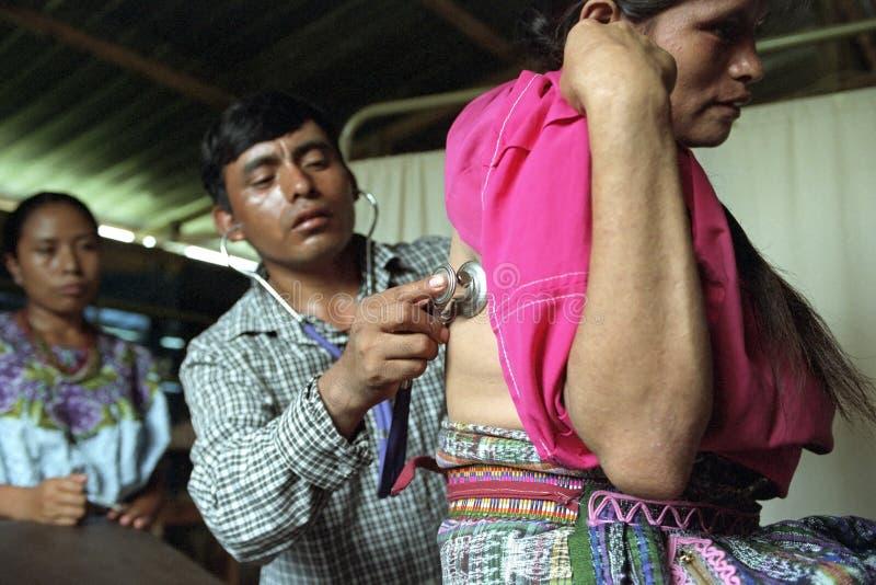 Den guatemalanska doktorn är undersöker den indiska kvinnan royaltyfri bild