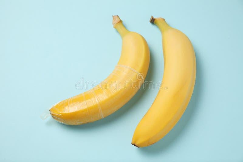 Den gula bananen med kondomen, begrepp av skyddat könsbestämmer arkivfoto