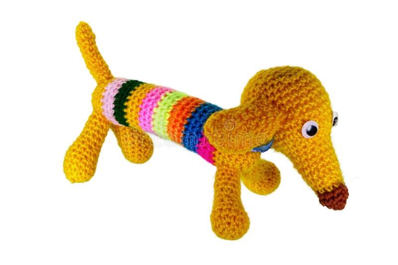 Den gula hunden av en amigurumi stack en krok från garn fotografering för bildbyråer