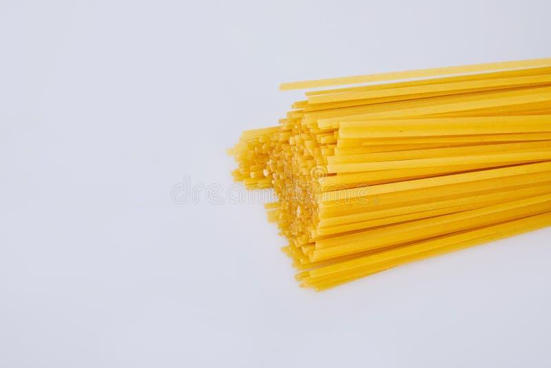 Den gula k?rven r? l?ng pasta, ordnar till f?r att laga mat royaltyfri fotografi