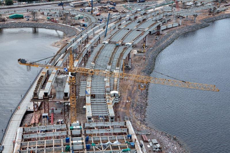 Den gula Liebherr tornkranen fungerar på konstruktion av bron royaltyfri bild