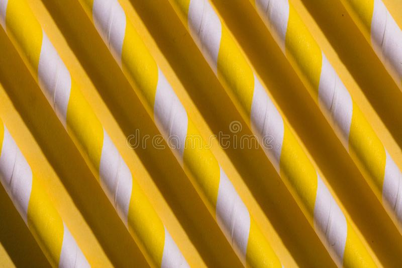 Den gula parallellen loggar in golvet, ovanligt designbegrepp royaltyfri fotografi