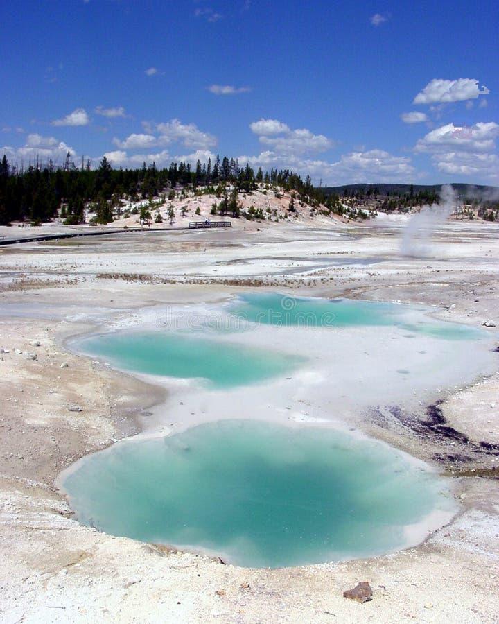 Den gula sjön för blå gräsplan för stenporcelinen fördunklar och en ånga arkivfoton