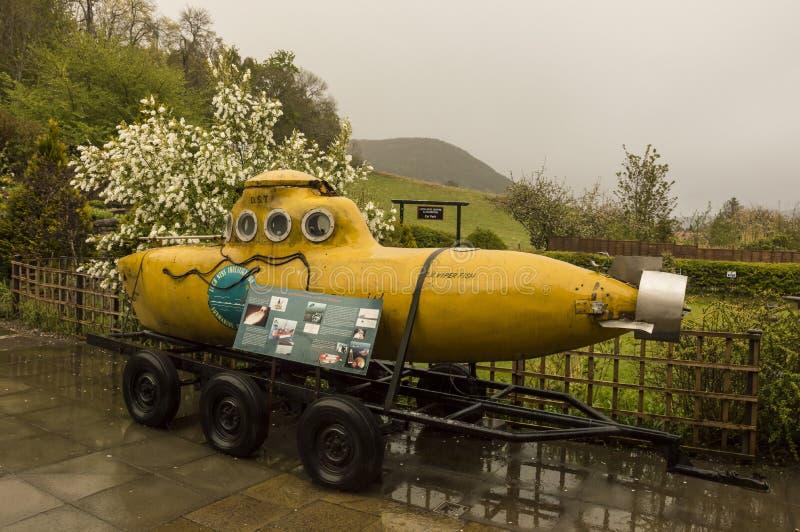 Den gula ubåten som är van vid undersöker Loch Ness sjön royaltyfri bild