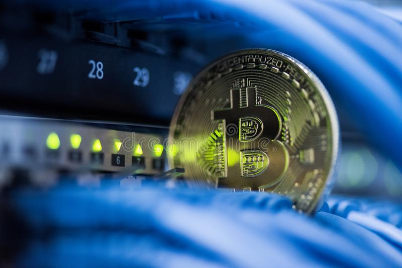 Den guld- bitcoinsimbolen i blått kablar closeupen Cryptocurrency di royaltyfri fotografi