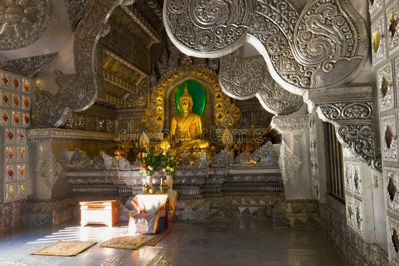 Den guld- Buddha i inre av försilvrar templet Chiang Mai royaltyfri fotografi