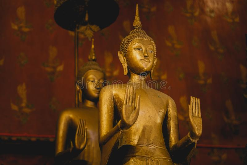 Den guld- Buddha, inställningen av att övertala släktingarna för att inte gräla i gammal tempel, härlig fridsamt och heligt royaltyfria foton