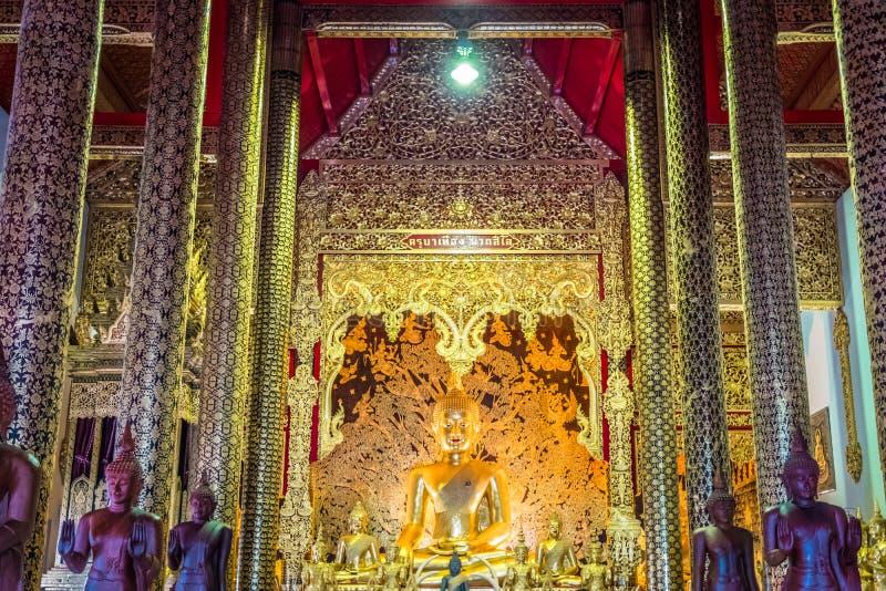 Den guld- Buddhastatyn av Thailand tempel namngav 'Wat Den Salee Sri Muang Gan Wat Ban Den ', royaltyfria bilder