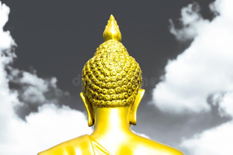 Den guld- Buddhastatyn från baksida fokuserade på den head dela-signalen med royaltyfria bilder