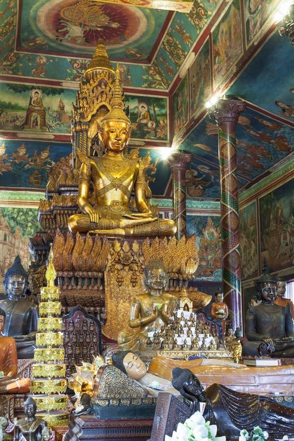 Den guld- Buddhastatyn i den Phnom Penh templet royaltyfria foton