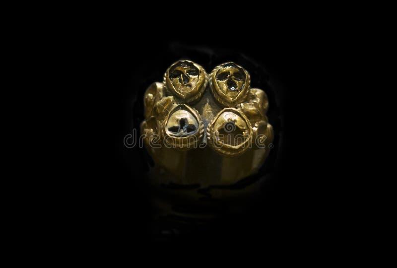 Den guld- cirkeln med fyra blåttdegskarabé tillhör det Aliseda förrådet, royaltyfri fotografi