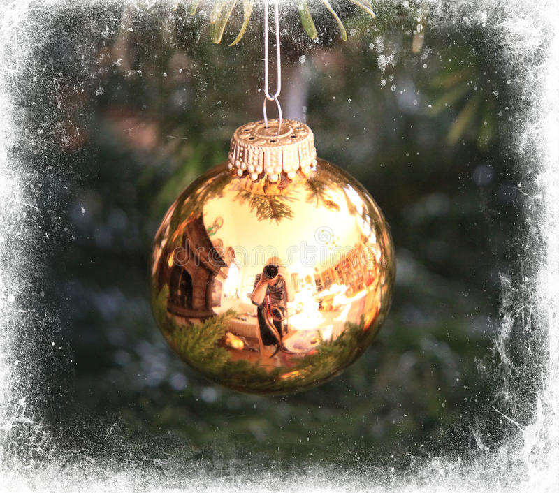 Den guld- julgranen klumpa ihop sig inramat i vit royaltyfri illustrationer