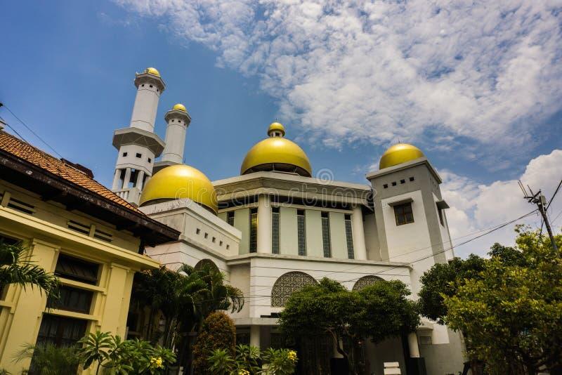 Den guld- kupolen av en moské med molnig himmel som bakgrund foto tagna Pekalongan Indonesien royaltyfri bild