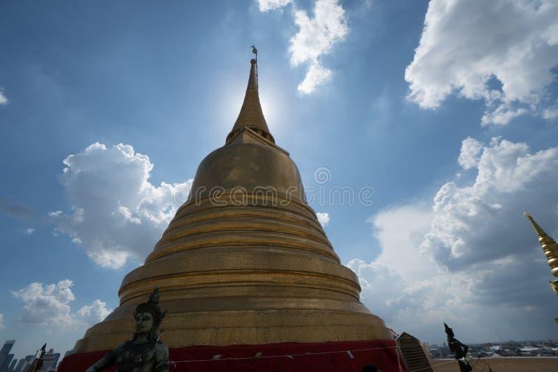 Den guld- monteringen med förmyndaren i Wat Saket, Bangkok royaltyfri bild