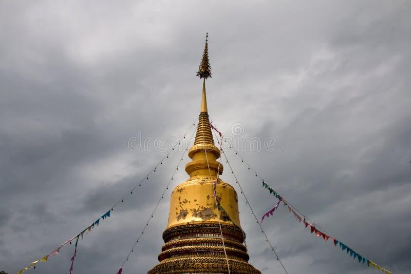 Den guld- pagoden lokaliseras i Wat San Tai, San Kamphang, Chiang M arkivbilder