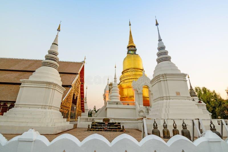 Den guld- pagoden på den Suan Dok templet Chiang Mai Thailand arkivfoto