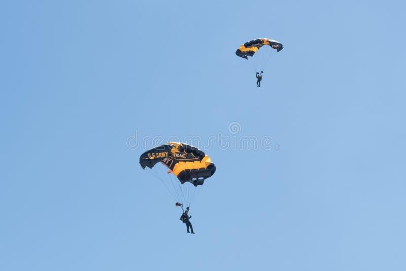 Den guld- riddarearmén hoppa fallskärm laget som utför på den Miramar luften royaltyfri fotografi