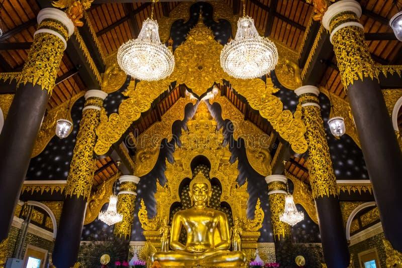 Den guld- statyn av Buddha i kyrka av Wat Phra That Doi Phra Chan, tempel i Lampang Thailand royaltyfri fotografi