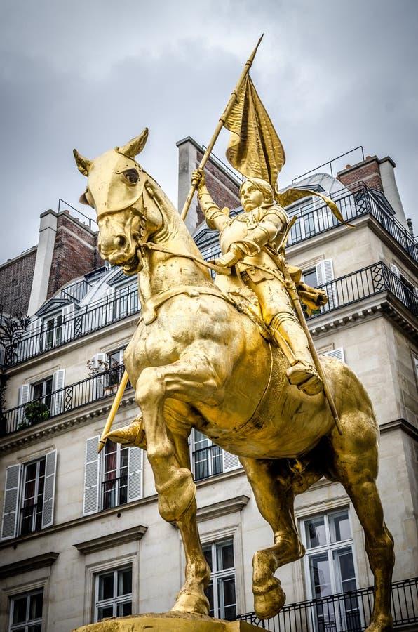 Den guld- statyn av helgonet Joan av bågen fotografering för bildbyråer