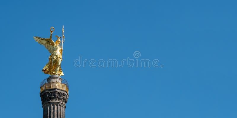 Den guld- statyn av Victoria On Top av Victory Column i Berlin, Tyskland arkivfoto