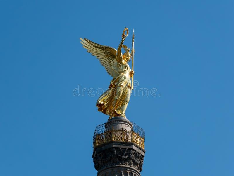 Den guld- statyn av Victoria On Top av Victory Column i Berlin, Tyskland royaltyfria bilder