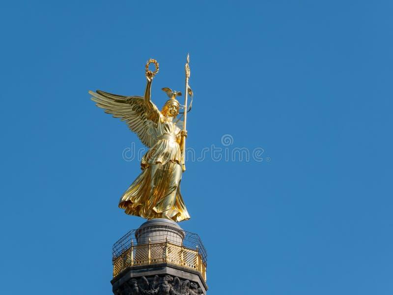 Den guld- statyn av Victoria On Top av Victory Column i Berlin, Tyskland arkivfoton