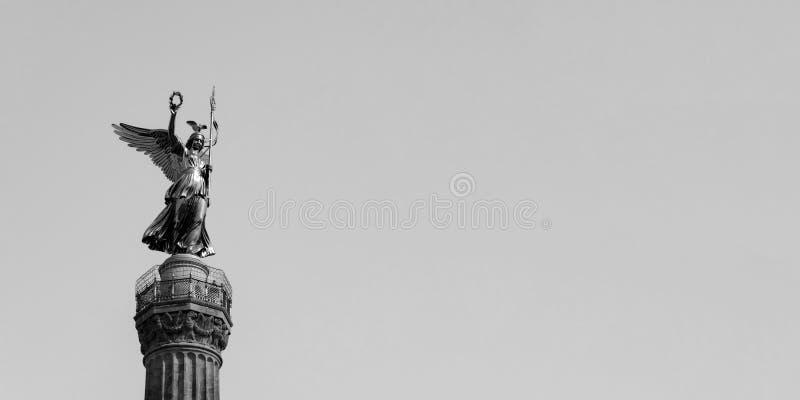 Den guld- statyn av Victoria On Top av Victory Column i Berlin, Tyskland mot en blå himmel med kopieringsutrymme royaltyfri fotografi