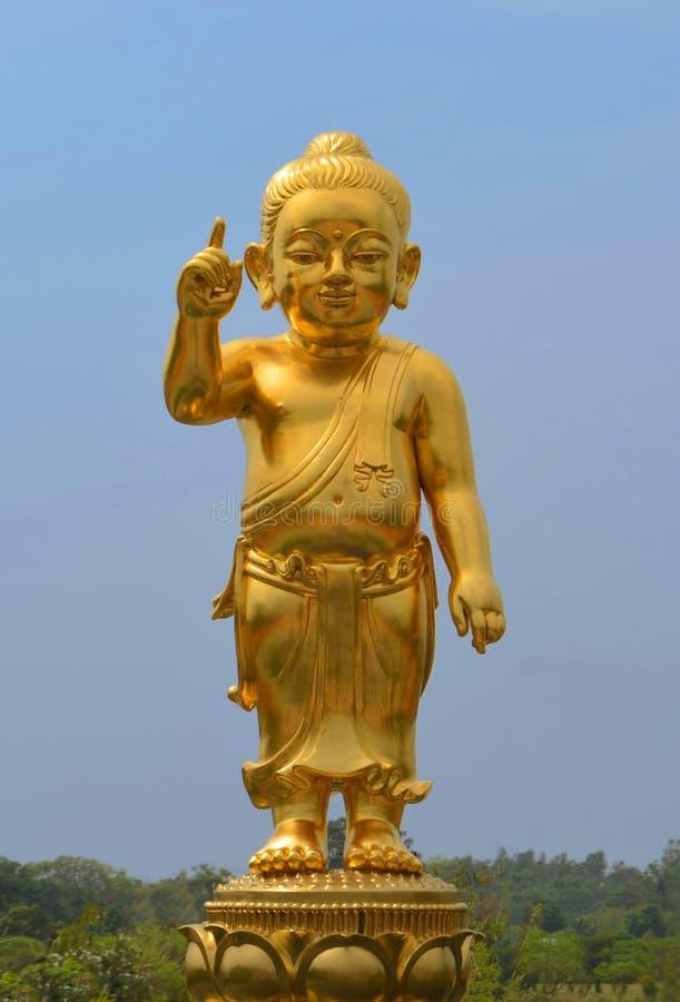 Den guld- statyn för liten Buddha på Lumbini, Nepal fotografering för bildbyråer