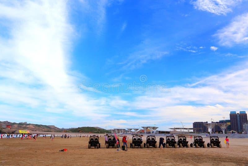 Den guld- stranden och strandmotocyclen på den Pingtan ön arkivbild
