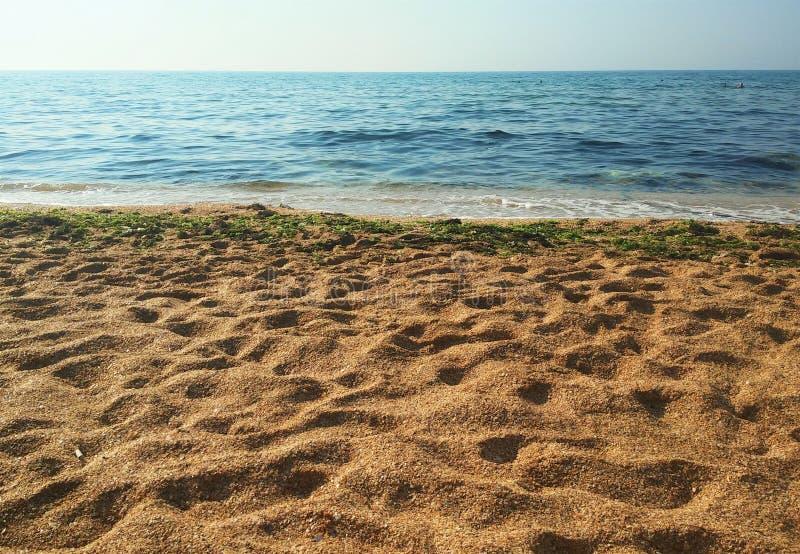 Den guld- stranden, sand, Krim, svart ser arkivfoton
