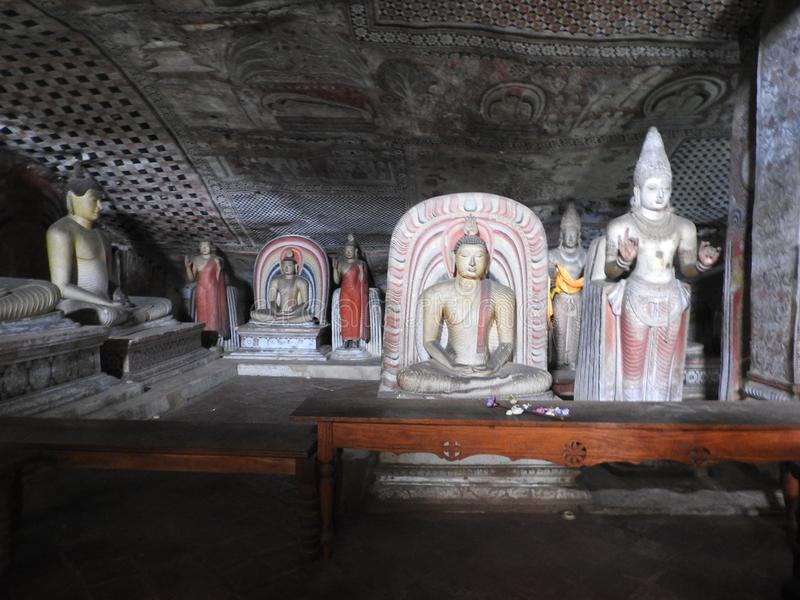 Den guld- templet av Dambulla ?r v?rldsarvet och har en slutsumma av en slutsumma av 153 Buddhastatyer, tre statyer av srilankesi royaltyfri bild