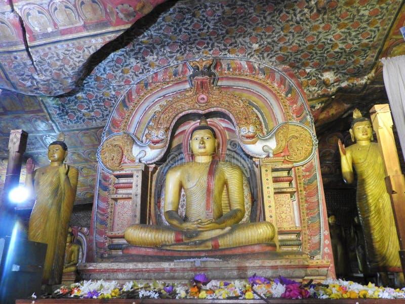 Den guld- templet av Dambulla ?r v?rldsarvet och har en slutsumma av en slutsumma av 153 Buddhastatyer, tre statyer av srilankesi fotografering för bildbyråer